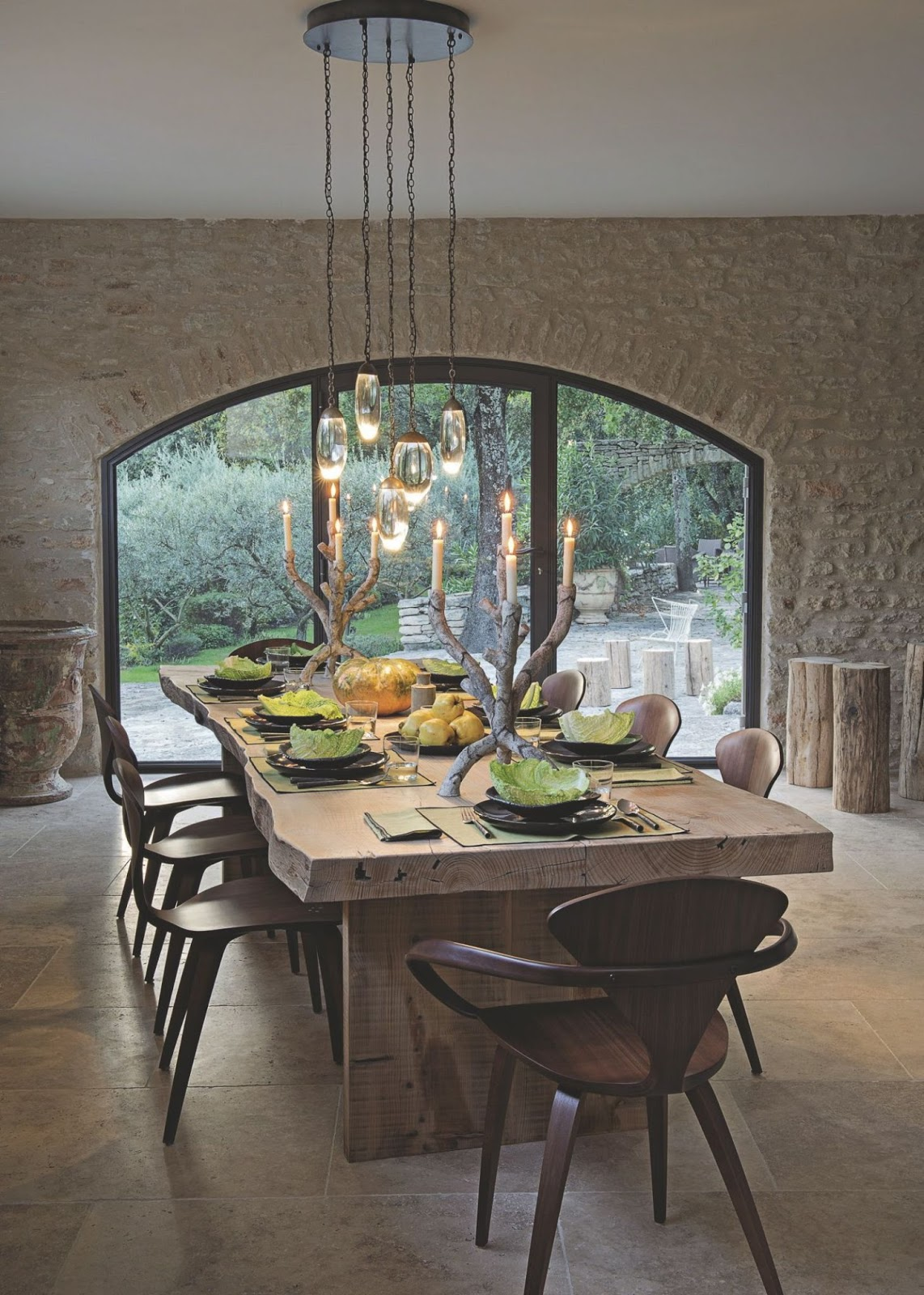 Decordemon a holiday home between tradition and modernity for Grande table a manger