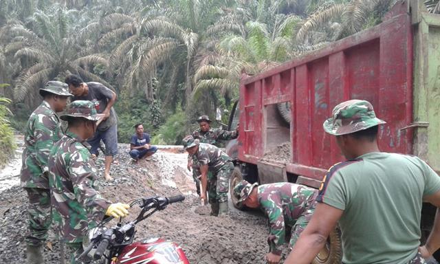 Pembuatan Rabat Beton Dan Parit Diwilayah Binaan Dilaksanakan Personel Jajaran Kodim 0207/Simalungun