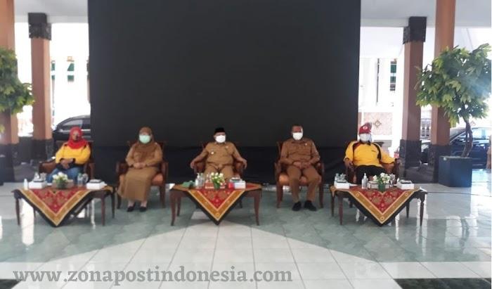 Peringati Hari Ulang Tahun Koperasi Indonesia yang ke 74, Bupati Situbondo Secara Simbolis Menyalurkan Bantuan Kepada Perwakilan PKL