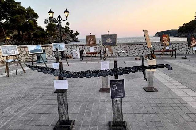 Μεγάλο ήταν το ενδιαφέρον που έδειξαν έλληνες και ξένοι επισκέπτες της Πάργας για την έκθεση εικαστικών δημιουργών «Θέλει Αρετήν και Τόλμην η Ελευθερία» που παρουσιάστηκε στην παραλία της Πάργας την Παρασκευή και Σάββατο 23- 24 Ιουλίου 2021.