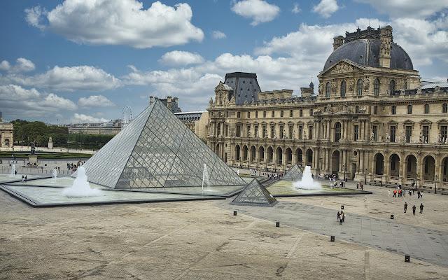 fachada do Museu do Louvre em Paris