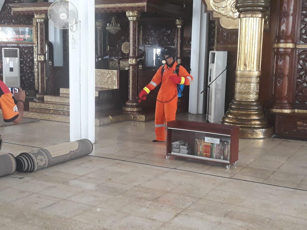 Cegah Penyebaran Corona(Covid-19) Tim Relawan ACT Jambi Laksanakan Penyemprotan Di Masjid Agung Alfalah