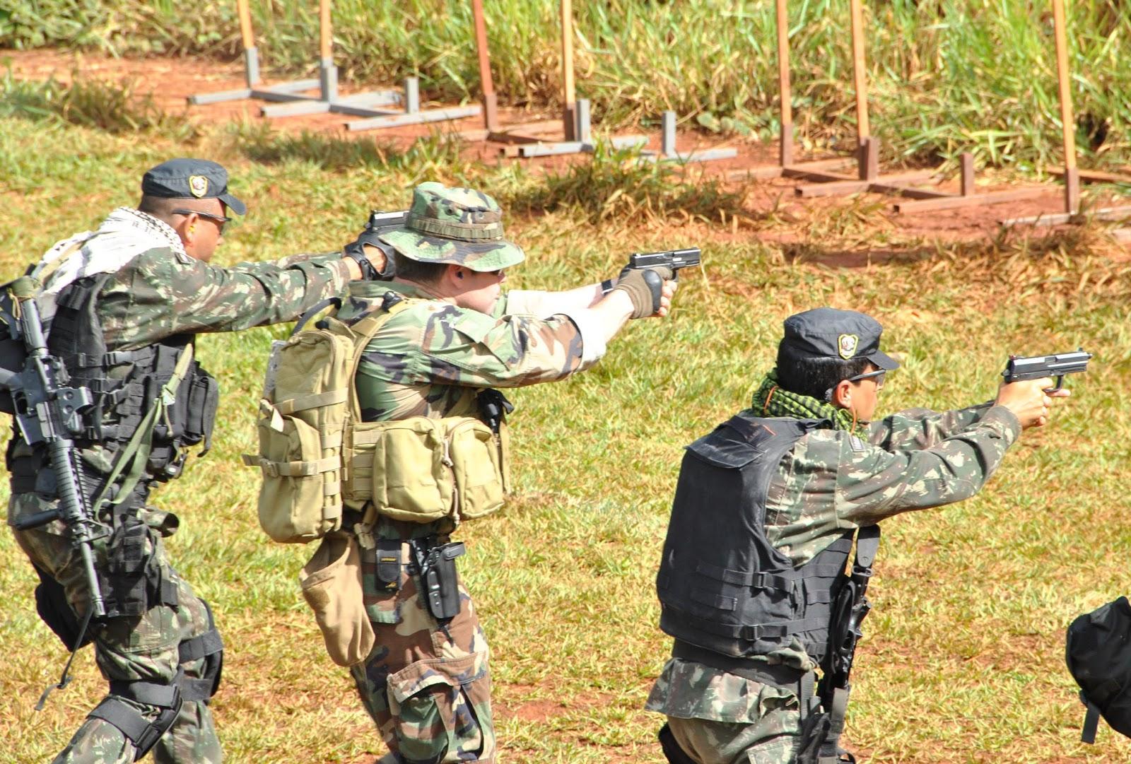 Fotografia 1  Quadros operacionais do 1° BFEsp (1° Batalhão de Forças  Especiais) do Exército Brasileiro executam exercício de tiro com armamento  de Backup ... a9da3244c9c