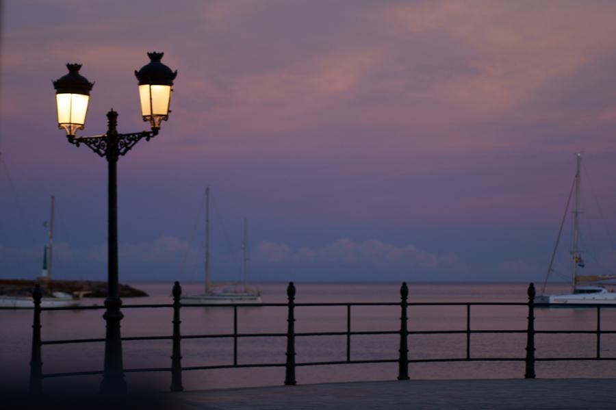 Blog + Fotografie by it's me! - Reisen - La Isla Blanca Ibiza, Santa Eularia - Abenddämmerung an der Strandpromenade