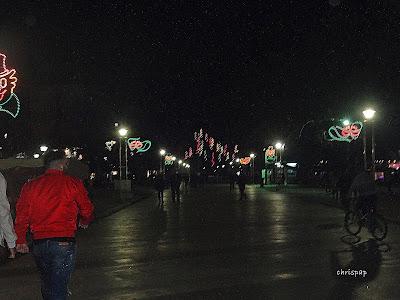 Πλατεία Κομοτηνης τη νύχτα στολισμενη αποκριάτικα