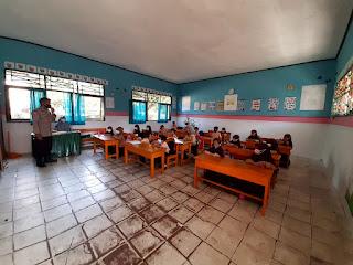 Bhabinkamtibmas Polsek Masamba, Pantau Proses Belajar Tatap Muka Di MI Alkhlas