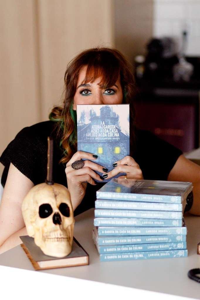 Larissa Brasil acaba de ser vencedora do Prêmio ABERST 2020 na categoria Melhor Livro de Suspense, com seu A Garota da Casa da Colina.