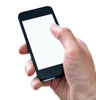 Beyaz ekranında hiçbir yazı olmayan elde tutulan bir akıllı cep telefonu