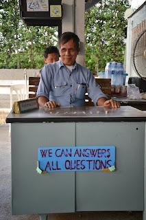 uomo al desk informazioni