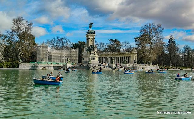 Passeio de barco no Parque do Retiro, em Madri