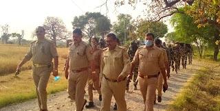 पुलिस व सीआरपीएफ के जवानों ने किया फ्लैग मार्च | #NayaSaberaNetwork