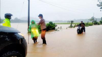 Polres Bolmong Utara Turun Langsung Tangani Banjir dan Tanah Longsor di Dua Kecamat