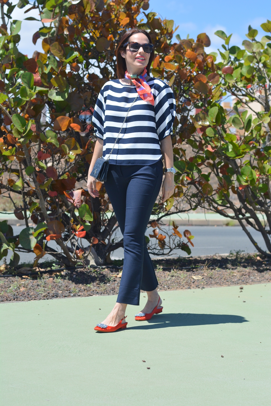 navy-orange-outfit-streetstyle-personal-shopper