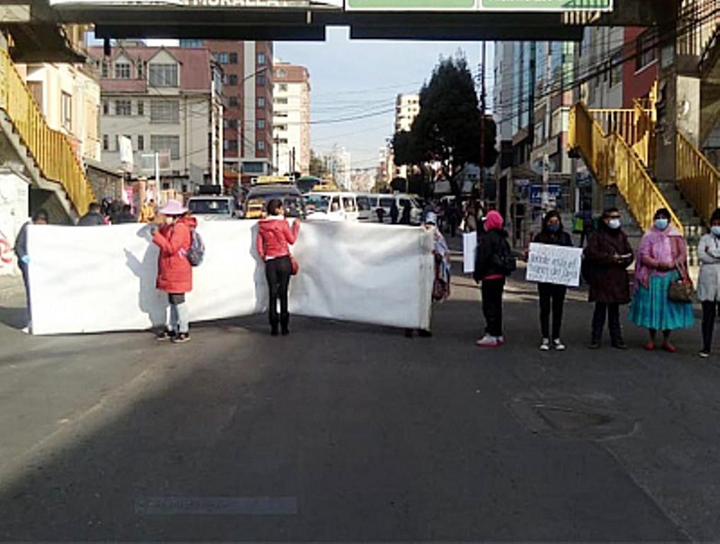 Bloqueo de padres de familia en La Paz por un bono que está garantizado en el Municipio / BOLIVIA TV