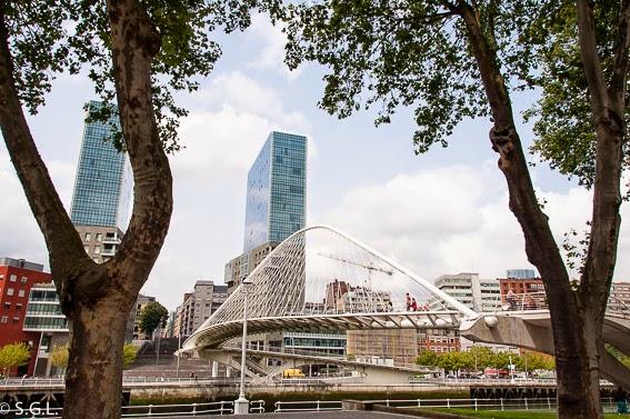 Las torres Isozaki y el puente Zubizuri en Bilbao