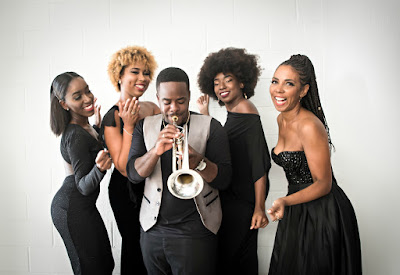 4 choristes et un trompettiste au festival de jazz de la Barbade.