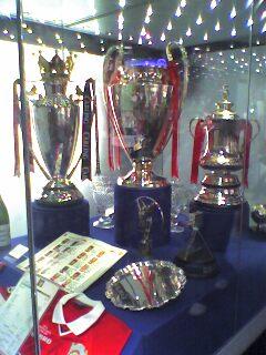 Trofi Treble Winner Manchester United musim 1998-1999 di simpan di museum