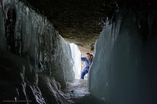 Пещера за одним из замёрзших водопадов