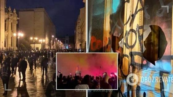 Прихильники Стерненка облили Офіс президента фарбою і розбили шибки: подробиці, фото та відео