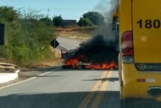 Bandidos fazem barricada em rodovia para assaltar carro-forte na Paraíba