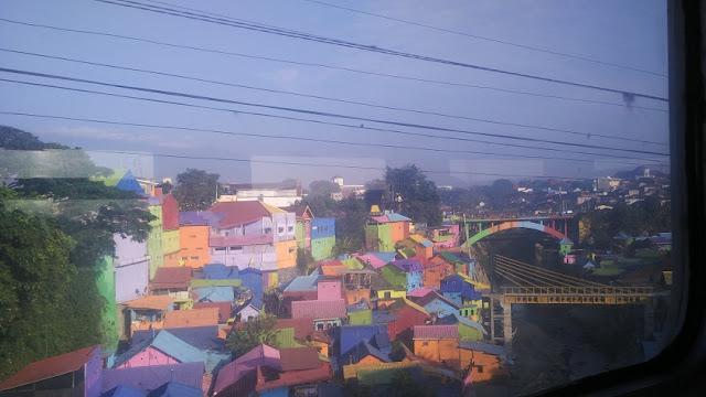 kampung warna-warni kereta