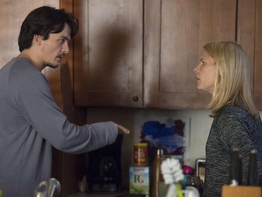 Quinn le cuenta sus sospechas a Carrie en el episodio 6x04 de 'Homeland'