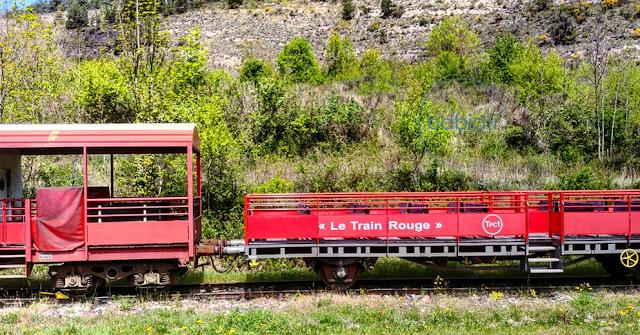 vue latérale de wagons du train rouge