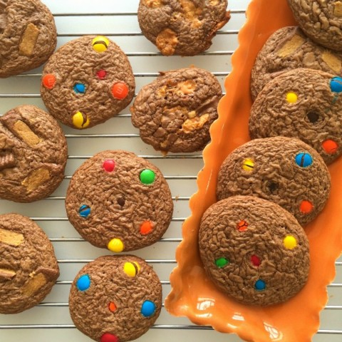 Featured Recipe | Leftover Halloween Candy Cookies from Shockingly Delicious #SecretRecipeClub #recipe #cookies #dessert #candy #Halloween