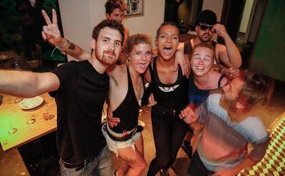 vrele-mlade-radodajke-izlazak-pijane-golisave-devojke