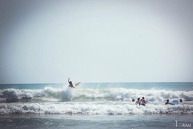 surfing di pantai kuta
