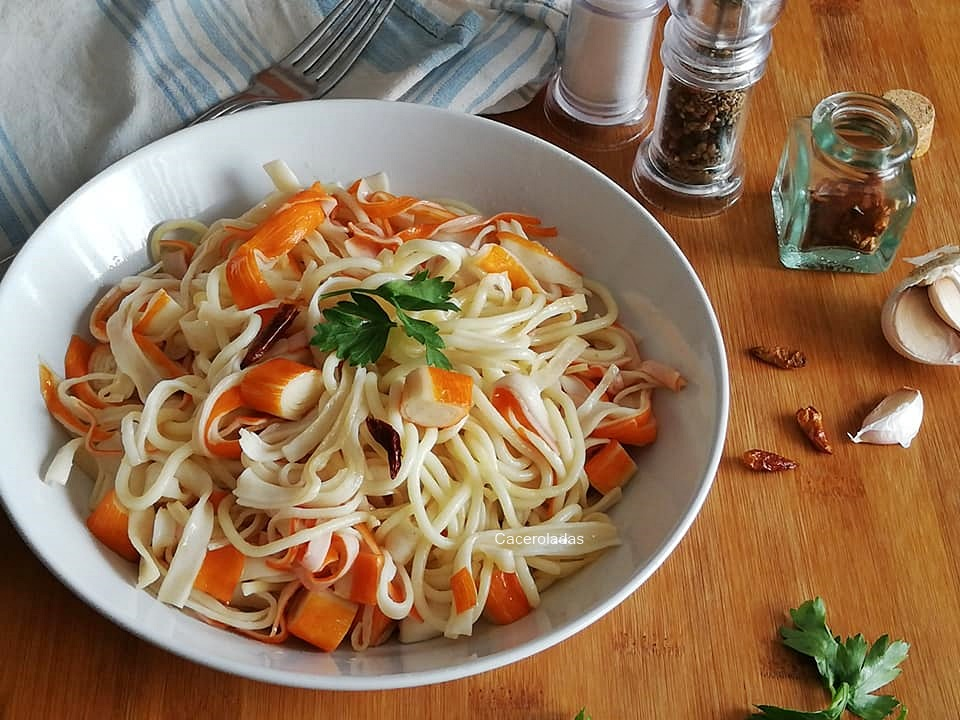 Espaguetis con surimi al ajillo