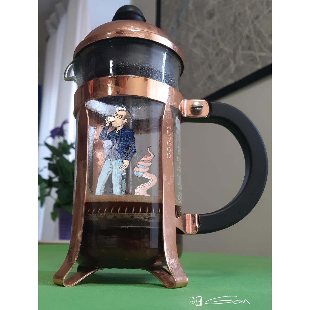 Gom boit un café dans une cafetière