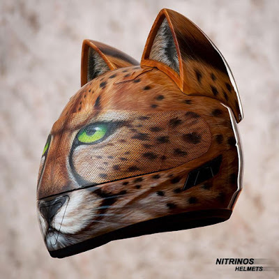 Casco de moto pintado con aerografo y orejas felinas
