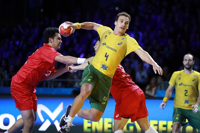 Pivô Alexandro Pozzer arremessando ao gol no Campeonato Mundial de Handebol 2019