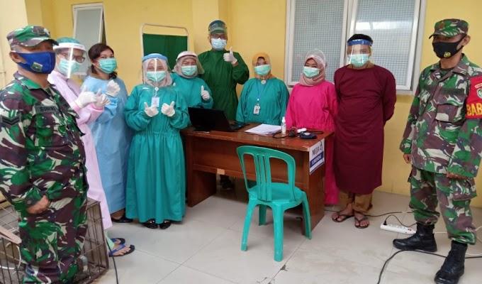 Babinsa Koramil 0226/Carenang Dampingi Penyuntikan Vaksinasi Covid-19