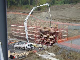 mobil pomba beton sedang di siapkan di lokasi proyek