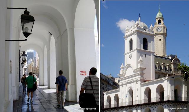 As arcadas e a torre do Cabildo de Buenos Aires, voltadas para a Praça de Maio