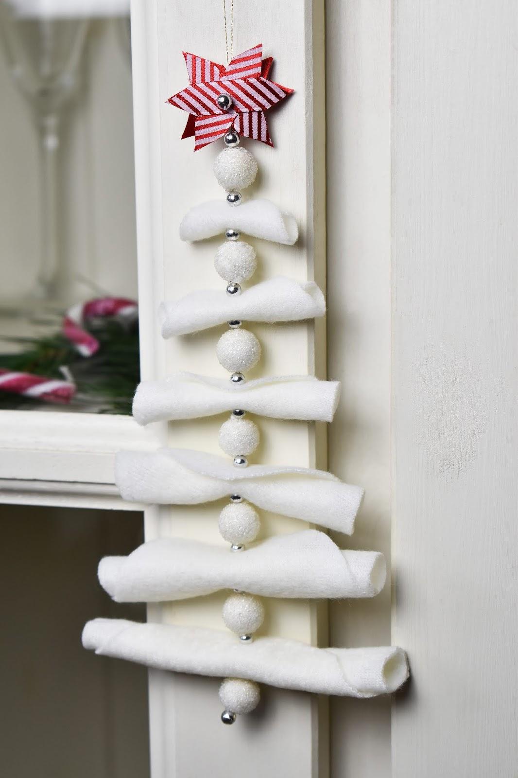 árbol de navidad de tela adornando el pomo de una puerta