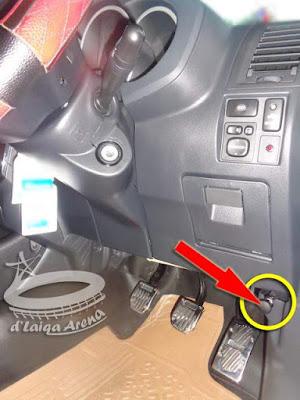 tarik tuas pembebas kunci kap mesin