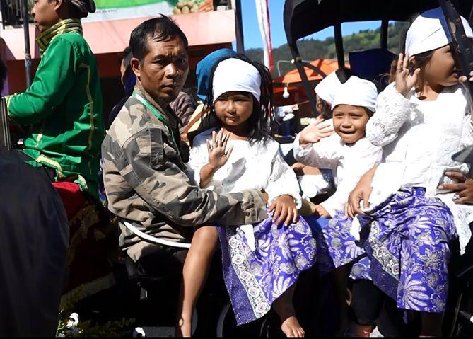 Anak-anak yang diarak pada gelaran Dieng Culture Festival