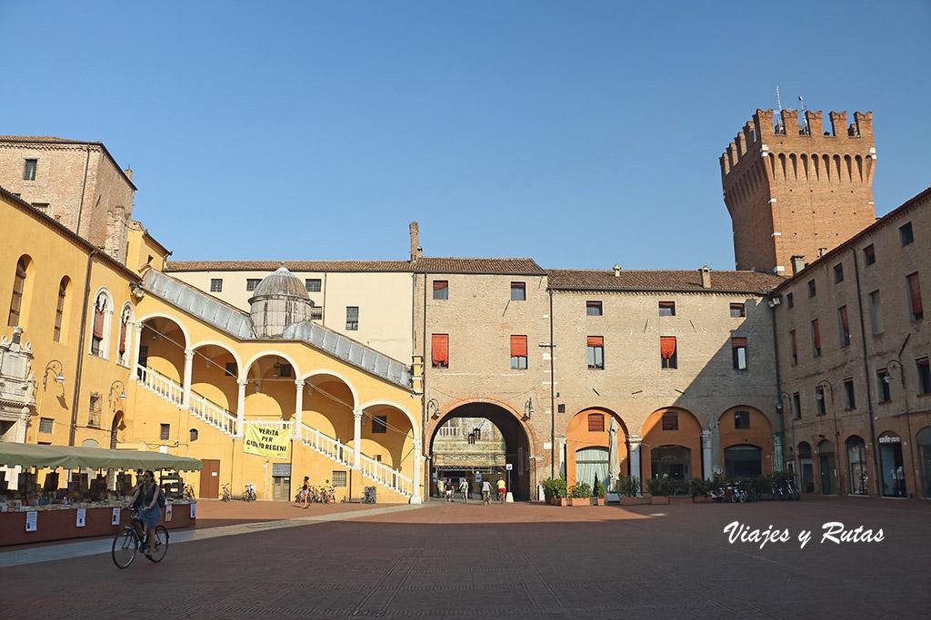 Piazza del Municipio y escalera de honor de Ferrara