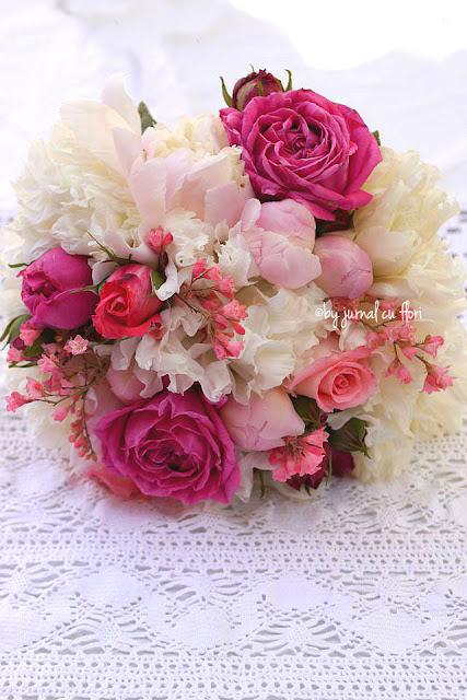 buchet de mireasa cu flori de gradina bujori si trandafiri
