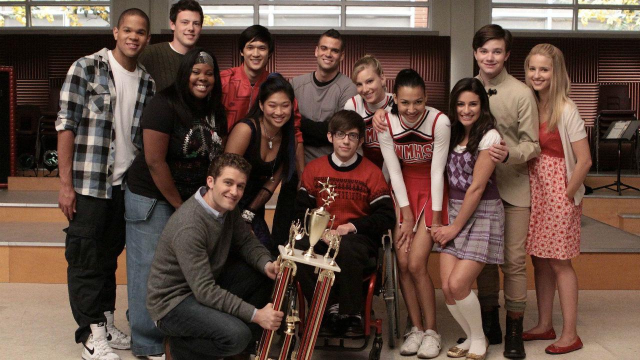 elenco da primeira temporada de Glee posa com premiação de corais