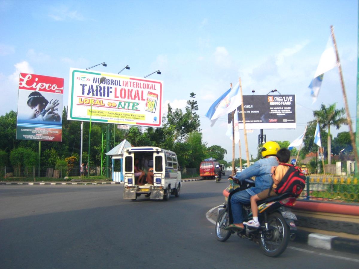 교차로를 도는 오토바이
