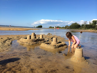 Château de sable sur la plage du lac