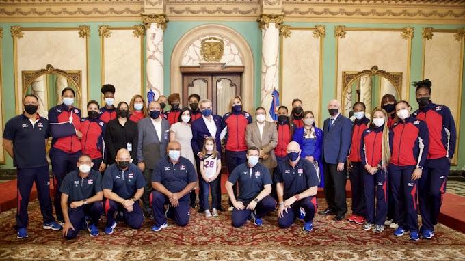 Presidente Abinader recibe en el Palacio Nacional a las Reinas del Caribe tras su participación en la Liga de Naciones en Italia