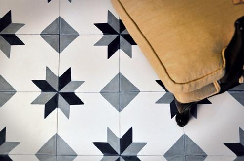 la baldosa hidralica en vivienda se puede utilizar tanto en suelos como en paredes o bien como tapa de mesas y queda igualmente bien en un bao