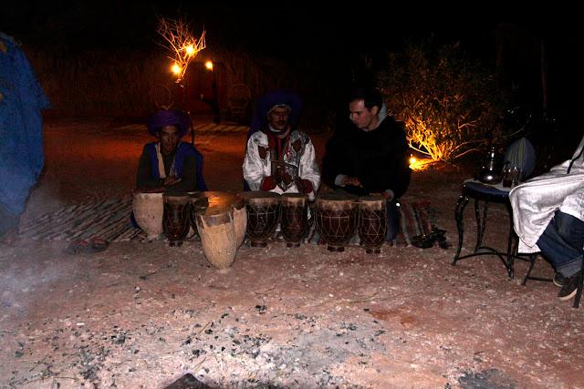 Alberto tocando el djembe tras la cena en el Auberge Café du Sud