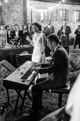 bride singing and groom on keyboards during cocktail hour