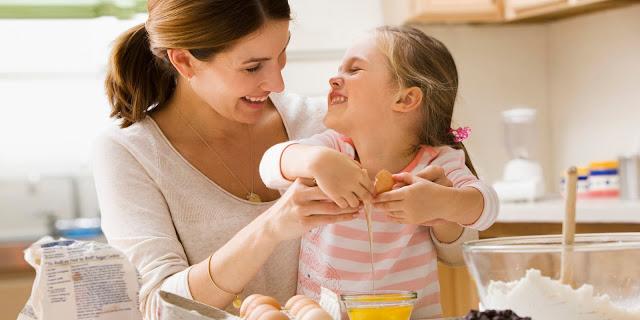 mamma e figlia in cucina foto mamma e figlia festa della mamma mother's day rapporti madre e figlia